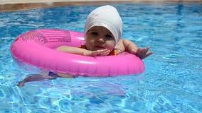 Retrato da criança caucasiano branca feliz do bebê da criança na piscina exterior Treinamento pré-escolar do menino a flutuar com video estoque