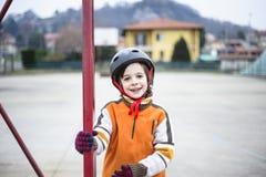 Retrato da criança com capacete de patinagem Imagens de Stock Royalty Free