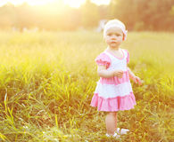 Retrato da criança da menina na grama no verão ensolarado Fotos de Stock Royalty Free