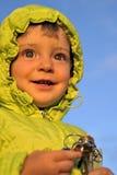 Retrato da criança da menina no fundo claro do céu azul imagem de stock royalty free