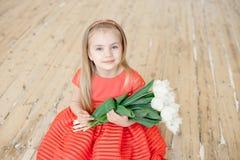 Retrato da criança de sorriso pequena da menina no vestido colorido imagem de stock royalty free