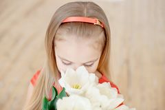 Retrato da criança de sorriso pequena da menina no vestido colorido fotografia de stock