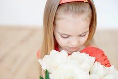 Retrato da criança de sorriso pequena da menina no vestido colorido fotos de stock royalty free