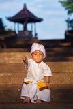 Retrato da criança do balinese no traje tradicional - sarongue fotografia de stock
