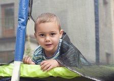 Retrato da criança em um trampolim Foto de Stock