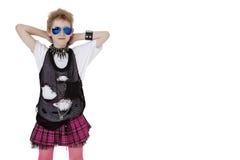 Retrato da criança punk no vestido de fantasia com mãos atrás da cabeça sobre o fundo branco Foto de Stock
