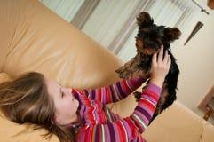 Retrato da criança que joga com cão Foto de Stock Royalty Free