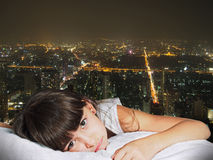Retrato da criança triste caucasiano da criança da menina na noite cit do fundo Imagem de Stock Royalty Free