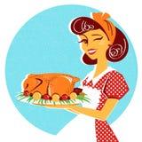Retrato da dona de casa com a galinha roasted na placa Fotografia de Stock Royalty Free