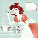 Retrato da dona de casa que cozinha a sopa em sua sala da cozinha para o texto Foto de Stock