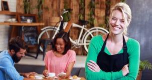 Retrato da empregada de mesa de sorriso video estoque