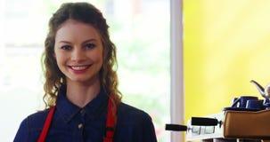 Retrato da empregada de mesa de sorriso que está no contador video estoque
