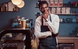 Retrato da empresa de pequeno porte do proprietário afro-americano bem sucedido que sorri na câmera ao estar na cafetaria imagens de stock