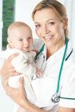 Retrato da enfermeira Holding Baby Girl Fotos de Stock
