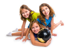 Retrato da equipe das meninas do futebol do futebol com bola Fotografia de Stock Royalty Free