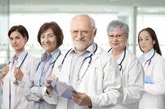 Retrato da equipe de profissionais médicos fotografia de stock