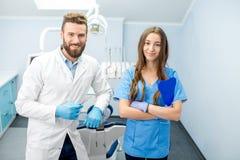 Retrato da equipe dental no escritório fotos de stock