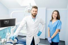 Retrato da equipe dental no escritório fotos de stock royalty free