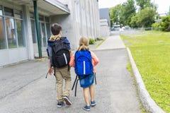 Retrato da escola 10 anos caminhada de menino e de menina fora Imagens de Stock