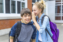 Retrato da escola 10 anos de menino e menina que têm o divertimento fora Imagens de Stock Royalty Free