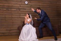 Retrato da esposa que faz a composição, gritaria do marido fotos de stock royalty free
