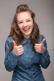 Retrato da estudante energética do divertimento em um fundo cinzento na Imagem de Stock Royalty Free