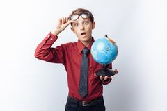 Retrato da estudante positiva e emocional, com globo, fundo branco, vidros, camisa vermelha, tema do negócio, propaganda, foto de stock