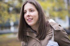 Retrato da estudante universitário fêmea Outdoors On Campus fotos de stock
