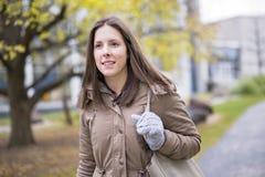 Retrato da estudante universitário fêmea Outdoors On Campus foto de stock royalty free