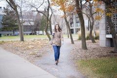 Retrato da estudante universitário fêmea Outdoors On Campus fotografia de stock royalty free