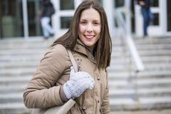 Retrato da estudante universitário fêmea Outdoors On Campus imagem de stock