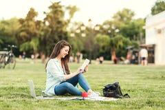 Retrato da estudante universitário fêmea Outdoors On Campus foto de stock