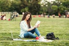 Retrato da estudante universitário fêmea Outdoors On Campus fotografia de stock