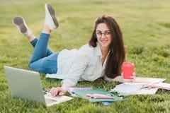 Retrato da estudante universitário fêmea Outdoors On Campus imagens de stock