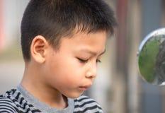 Retrato da expressão cansado do menino asiático fotografia de stock