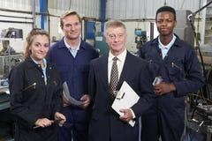 Retrato da fábrica de engenharia de And Staff In do gerente fotografia de stock