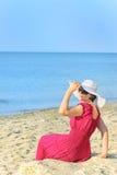 Retrato da fêmea bonita no vestido vermelho na praia Imagem de Stock Royalty Free
