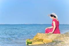 Retrato da fêmea bonita no vestido vermelho na praia Fotos de Stock Royalty Free