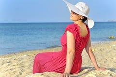 Retrato da fêmea bonita no vestido vermelho no beac Foto de Stock