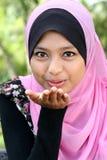 Retrato da fêmea muçulmana nova bonito Foto de Stock Royalty Free