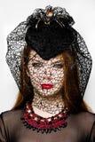 Retrato da fêmea no chapéu em Dia das Bruxas foto de stock royalty free