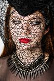 Retrato da fêmea no chapéu em Dia das Bruxas imagens de stock royalty free