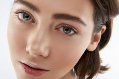 Retrato da fêmea nova macia com olhos verdes imagem de stock royalty free