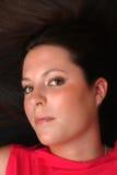 Retrato da fêmea triguenha que encontra-se no assoalho foto de stock