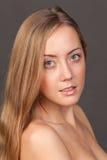 Retrato da face do Fim-acima da jovem mulher Imagem de Stock
