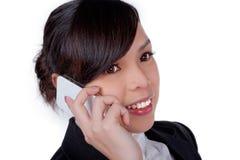 Retrato da fala de sorriso do telefone da mulher de negócio foto de stock