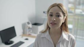 Retrato da fala fêmea amigável do doutor da medicina filme