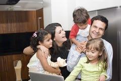 Retrato da família bonita que cozinha na cozinha Imagem de Stock