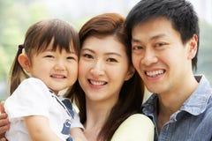 Retrato da família chinesa com a filha no parque foto de stock