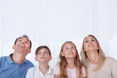 Retrato da família com as duas crianças que olham acima Fotografia de Stock Royalty Free
